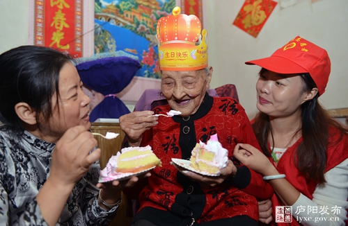 庐阳大杨镇喜迎重阳节为百岁老人祝寿